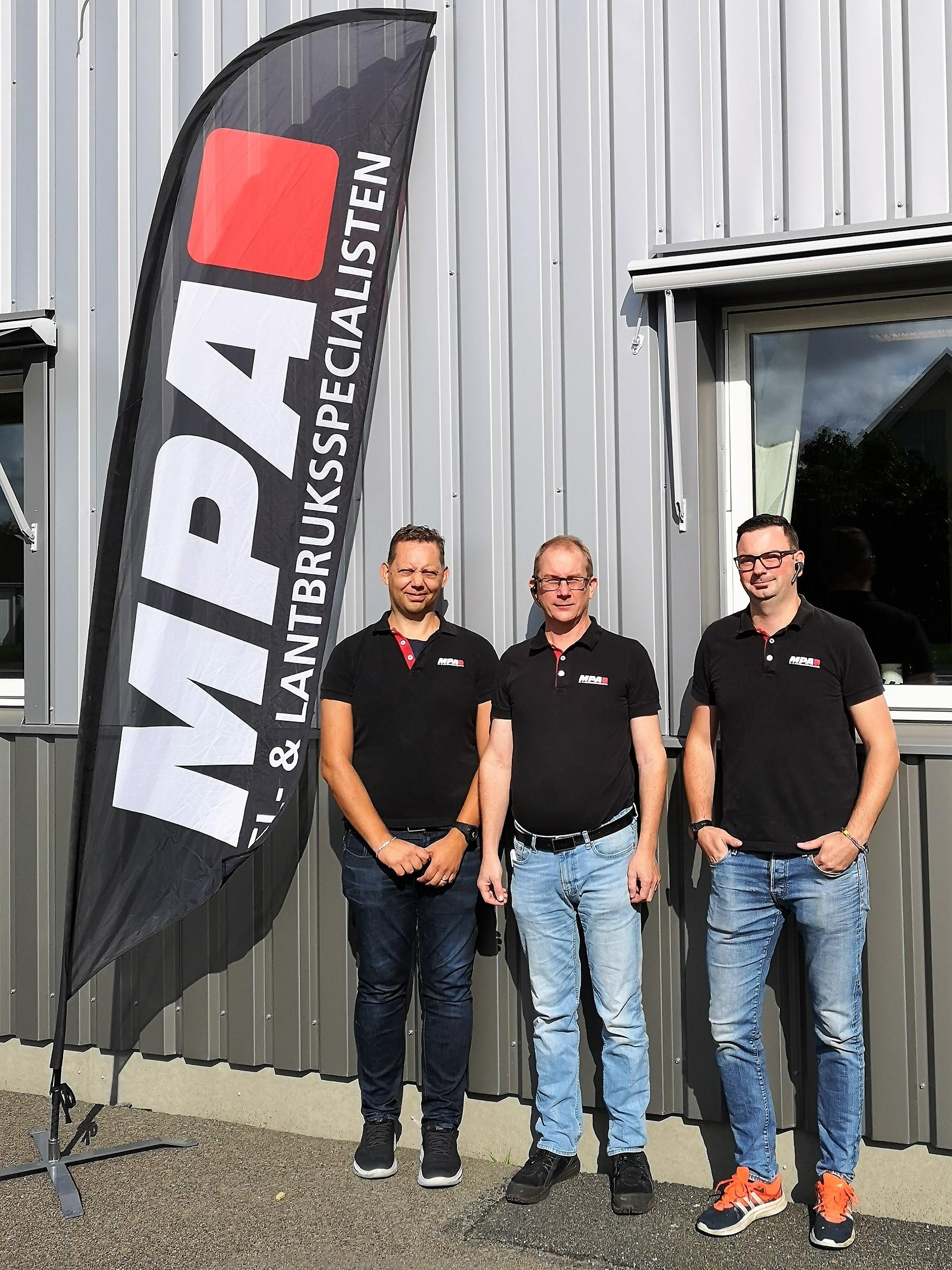 MPA Agros anställda stående framför företagets fastighet